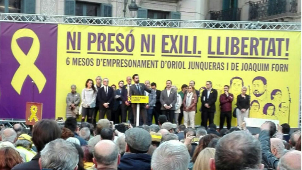 El presidente del Parlament, Roger Torrent, en la concentración de la plaza de Sant Jaume en homenaje a Junqueras y Forn.