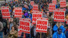 Varios manifestantes en la marcha del 1 de mayo, día del trabajador, en Nueva York.