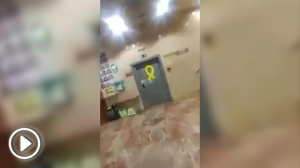 Un 'tabarnés' retira propaganda golpista en un edificio público de la Generalitat