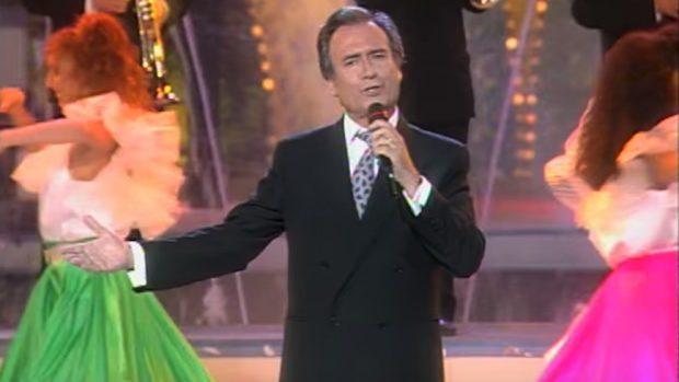 El cantante Manolo Escobar durante una actuación.