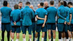 Zidane da instrucciones a sus jugadores en un entrenamiento. (AFP) | Barcelona – Real Madrid | Clásico Liga Santander