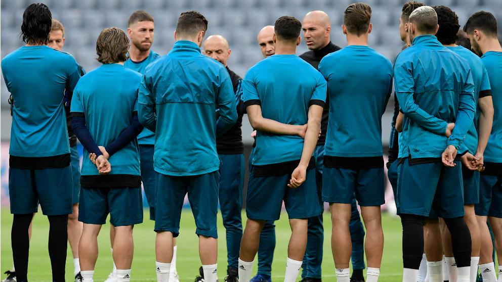 Zidane da instrucciones a sus jugadores en un entrenamiento. (AFP)   Barcelona – Real Madrid   Clásico Liga Santander