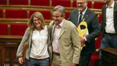 Antoni Morral, entre Elsa Artadi y Eduard Puyol, este viernes en el Parlament (Foto: EFE).