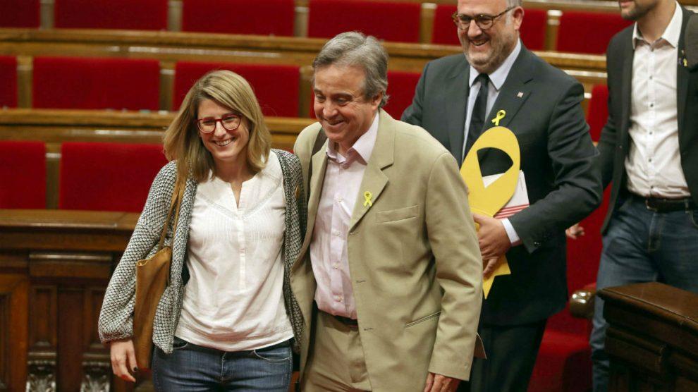 Antoni Morral, entre Elsa Artadi y Eduard Puyol, en el Parlament (Foto: EFE).