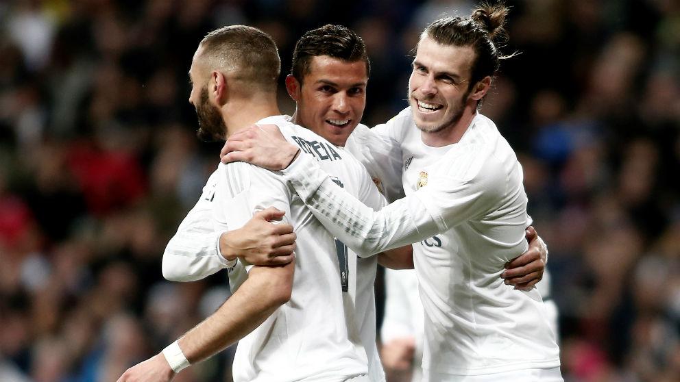 Karim Benzema, Cristiano Ronaldo y Gareth Bale celebran un gol. (Getty)