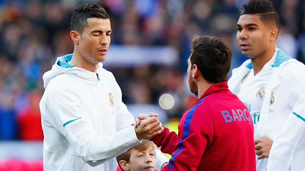 Cristiano y Messi se saludan antes del Clásico. (Getty) | Barcelona – Real Madrid