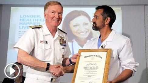 Pedro Cavadas, condecorado por el comandante de las Fuerzas Navales de EEUU en Europa, James Foggo. (Foto: EFE)