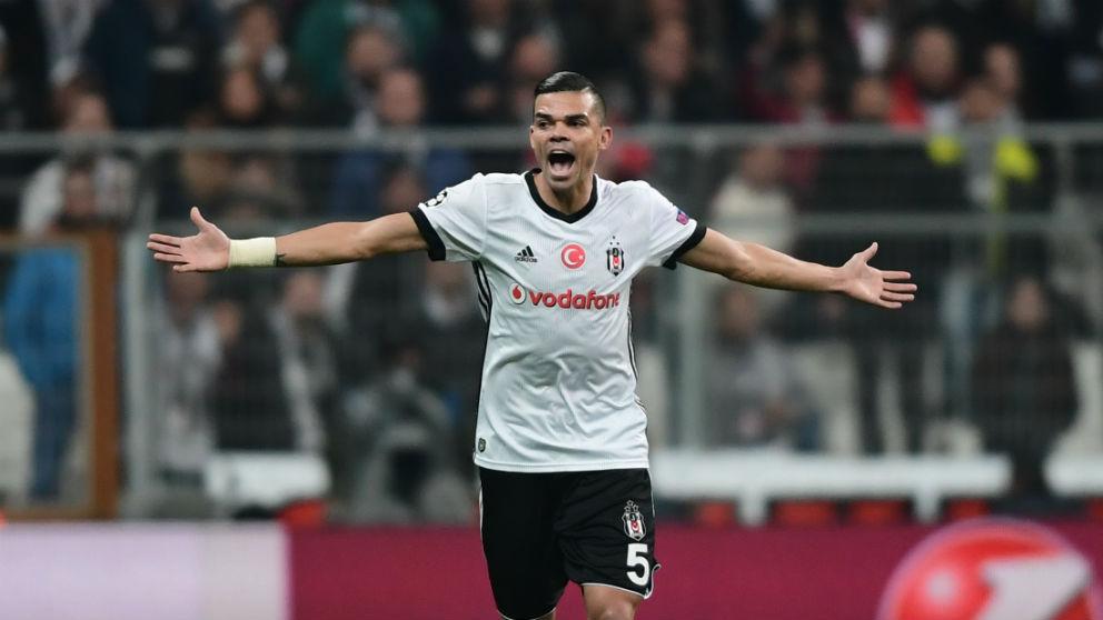 Pepe durante un partido con el Besiktas. (AFP)
