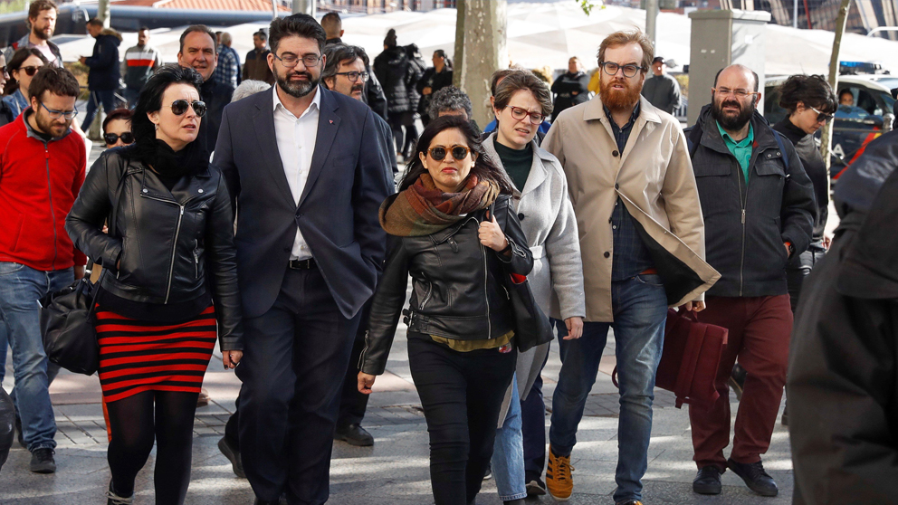 Rommy Arce y el portavoz del Sindicato de Manteros, Malick Gueye, entre otros, a su llegada a los juzgados de Plaza de Castilla. (Foto: EFE)