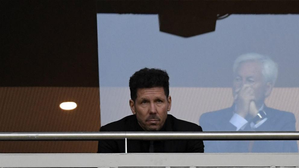 El Cholo Simeone, en el palco del Metropolitano viendo el Atlético – Arsenal. (AFP)
