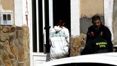 La Guardia Civil inspecciona la casa en la que se encontró el cadáver de la mujer asesinada (Foto: Efe).