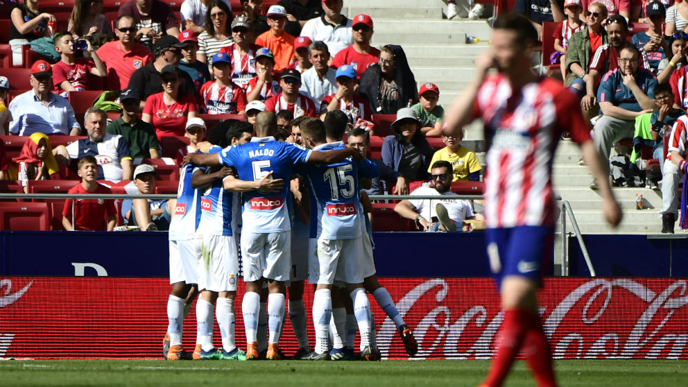 Los jugadores del Espanyol celebran uno de sus goles frente al Atlético. (AFP)