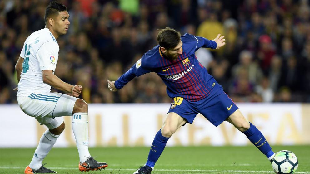 Casemiro defiende a Messi durante el Barcelona-Real Madrid del Camp Nou (AFP)