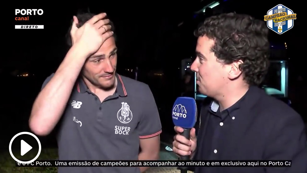 Iker Casillas haciendo una entrevista con el Oporto.