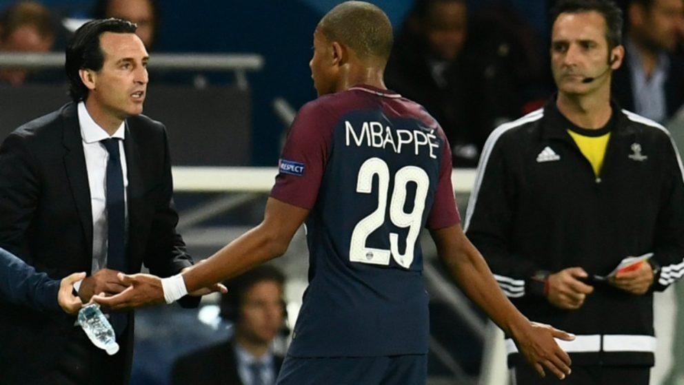Mbappé habla con Emery durante el PSG-Bayern. (AFP)