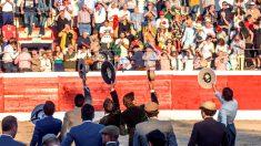 Los participantes en el homenaje saludan a los tendidos al finalizar el festival (Foto: Efe).