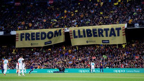 Pancartas independentistas en el Camp Nou durante un Barça-Real Madrid. (EFE)