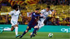 Messi controla un balón entre Marcelo y Casemiro en el Clásico Barcelona – Real Madrid. (EFE)