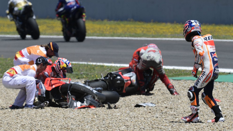 Dani Pedrosa mira a Jorge Lorenzo tras la caída. (AFP)