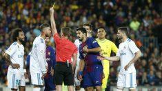 Hernández Hernández muestra la cartulina amarilla a Sergio Ramos durante el Clásico Barcelona – Real Madrid. (AFP)