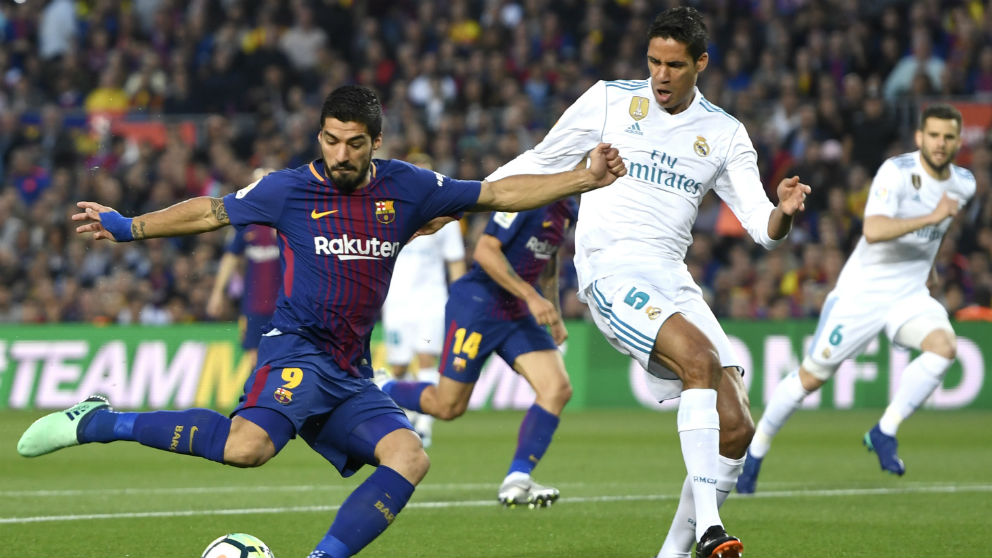 Varane intenta robar un balón a Luis Suárez durante el Clásico Barcelona – Real Madrid. (Getty)