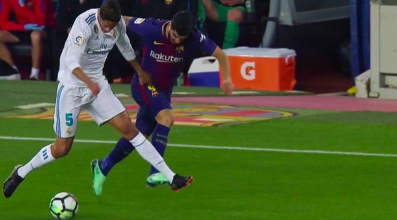 Luis Suárez cometió falta sobre Varane antes del gol de Messi.