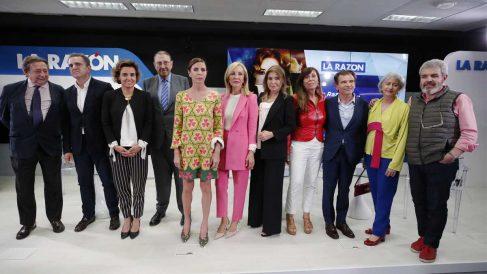 Agatha Ruiz de la Prada junto a algunos de los invitados al acto. (Foto: La Razón)