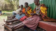 Mujeres Maasai trabajando con Pikolinos (Foto. Pikolinos)