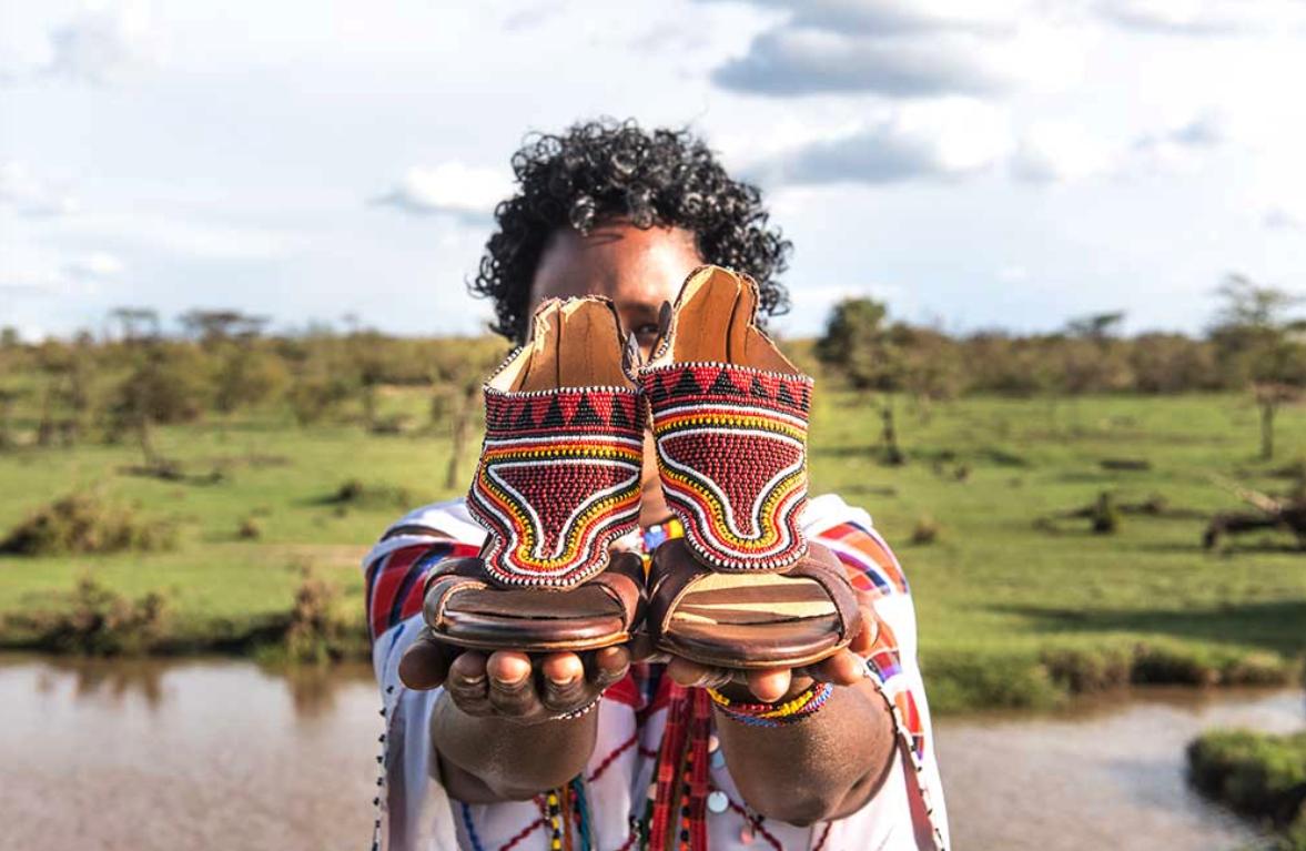 Pikolinos se inspira y fabrica en África: crea empleo para 1.200 artesanas Maasai cada temporada