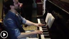 El ex conseller fugado Toni Comin enseñando su talento musical con un piano