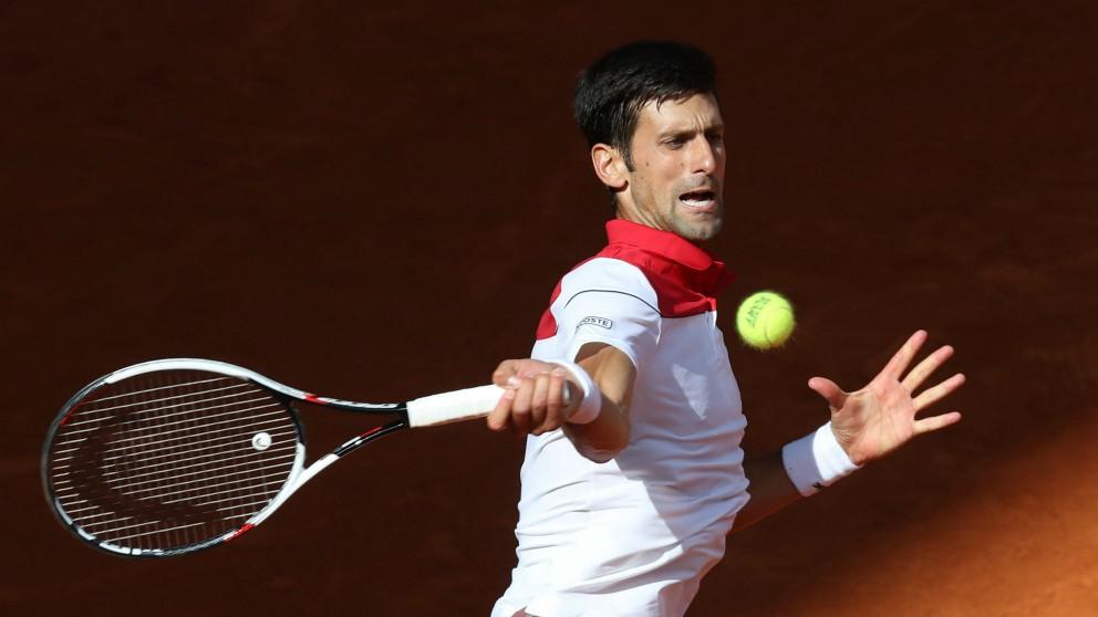 Djokovic golpea una derecha en el Mutua Madrid Open. (EFE)