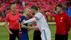 Iniesta y Ramos se saludan antes del Clásico. (Getty)