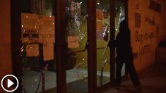 Radicales de Arran destrozando a martillazos las puertas de los juzgados de Gavá