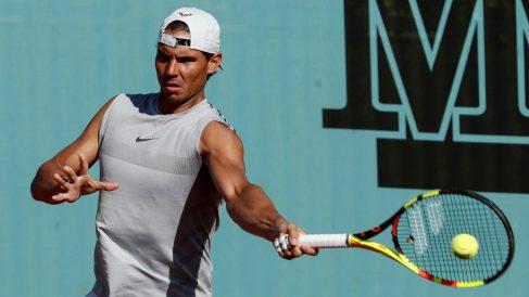 Rafael Nadal golpea una derecha en un entrenamiento en el Mutua Madrid Open. (EFE)