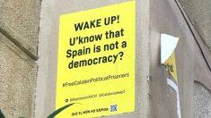 Carteles en inglés que los separatistas han colocado en las calles de Barcelona