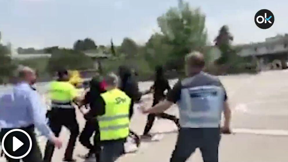 Separatistas encapuchados golpeando al personal de seguridad de la UAB