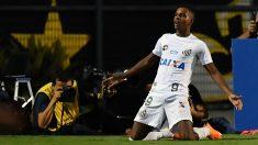 Rodrygo celebra un gol con Santos. (AFP)