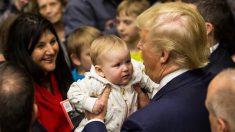 Donald Trump sosteniendo un bebé. (Foto: AFP)