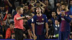 Piqué aplaude a Hernández Hernández tras la expulsión de Sergi Roberto. (Getty Images)