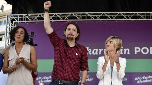 Nagua Alba, Pablo Iglesias y Pili Zabala, en un axcto electoral en Baracaldo. (EFE)