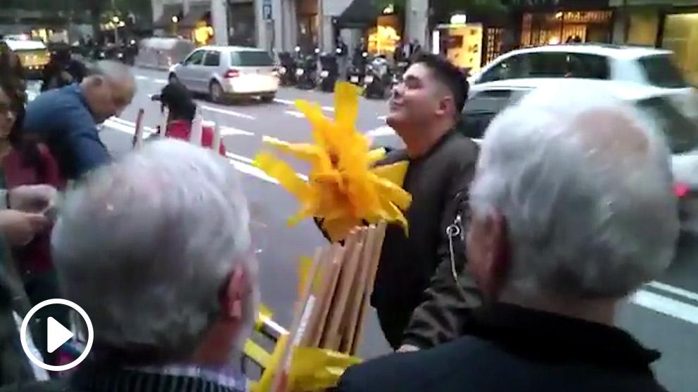 Españolistas quitan los lazos amarillos que colocan los separatistas en las calles de Barcelona