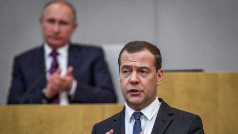 Medvedev con Putin detrás (AFP).