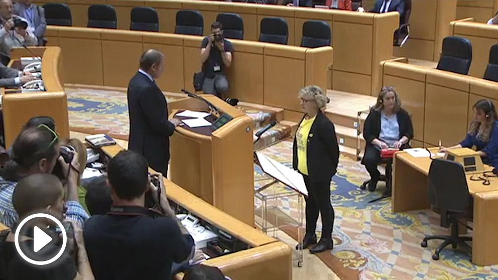 Mirella Cortès (ERC) promete el cargo de senadora ante el presidente de la Cámara Alta, Pío García-Escudero.