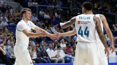 Los jugadores del Real Madrid felicitan a Doncic por su triple-doble. (realmadrid.com)