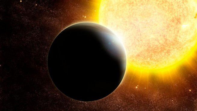 Un exoplaneta, también conocido como planeta extrasolar, es un mundo que se detecta más allá del Sistema Solar, es decir, orbitando otras estrellas que no sean la nuestra. ¿Cuántos conocemos ya? Hasta hace unos años, no había consenso entre los científicos. Aunque casi todos pensaban que las estrellas debían estar acompañadas de mundos como nuestro, Sol, había quien pensaba que nuestro Sistema Solar podía ser una rareza cosmológica. Sin embargo, Didier Queloz y Michel Mayor fueron los encargados de 'abrir fuego'. Ellos fueron los que, en 1995, y por medio de métodos de detección indirectos, localizaron el primer exoplaneta de la historia. Aunque el hallazgo estuvo plagado de polémica, finalmente se pudo confirmar que el exoplaneta localizado existía. Desde entonces, en más de 20 años, y con los sistemas de detección avanzando a gran velocidad a la vez que la mejora la tecnología, se han encontrado miles de planetas extrasolares, alcanzando ya casi los 5000, y subiendo cada vez a mayor velocidad. Así pues, y tal y como pensaban un buen número de científicos y astrónomos, el Sistema Solar no es un caso aislado. De hecho, se ha descubierto que prácticamente todas las estrellas tienen, al menos, un mundo que las orbita. Si pensamos que una galaxia como la Vía Láctea posee unos 200.000 millones de estrellas, y hay conocidas unos 200.000 millones de galaxias a lo largo del universo, imagina la cantidad de planetas que debe haber ahí fuera. Hay algún exoplaneta como la Tierra En un comienzo, los exoplanetas se encontraban por el método indirecto del tránsito. Es decir, se analizaban las sobras del mundo cuando orbitaba frente a su estrella, lo que rebaja el brillo de esta. Hoy día, los métodos son cada día más variados y completos. Así pues, igual que antaño casi todos los planetas que se localizaban eran más grandes que Júpiter y todos gaseosos muy cercanos a su estrella y con periodos orbitales muy cortos, por lo que recibieron el nombre de Júpiteres calientes, ahora ya 