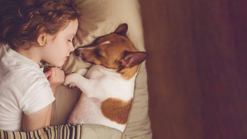 Crecer con una mascota puede tener muchos beneficios para el desarrollo del niño.