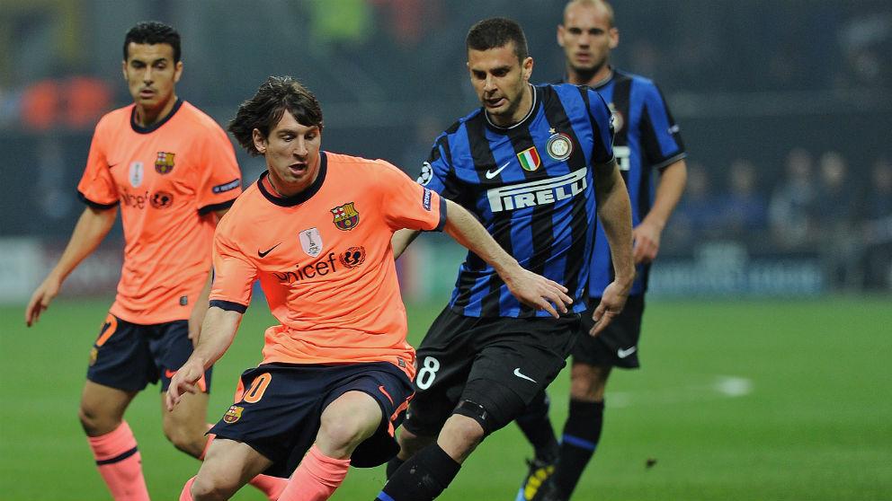Messi y Motta disputan un balón durante un Inter – Barcelona. (AFP)