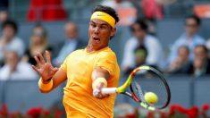 Nadal golpea una derecha en su estreno en el Mutua Madrid Open. (EFE)
