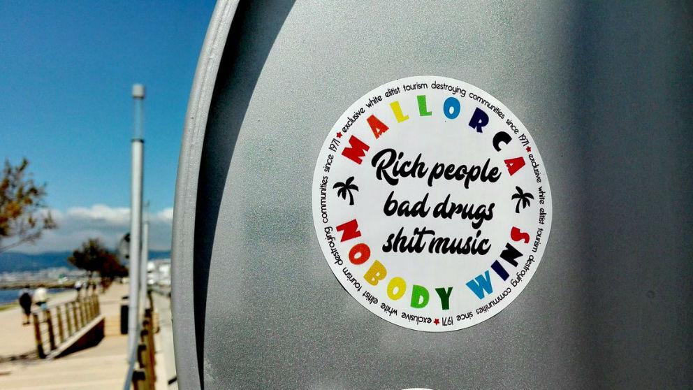 Pegatinas contra el «turismo elitista blanco» en Mallorca