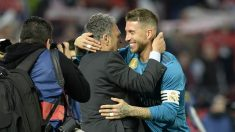 Sergio Ramos y Caparrós se saludan antes del comienzo del Sevilla – Real Madrid. (AFP)